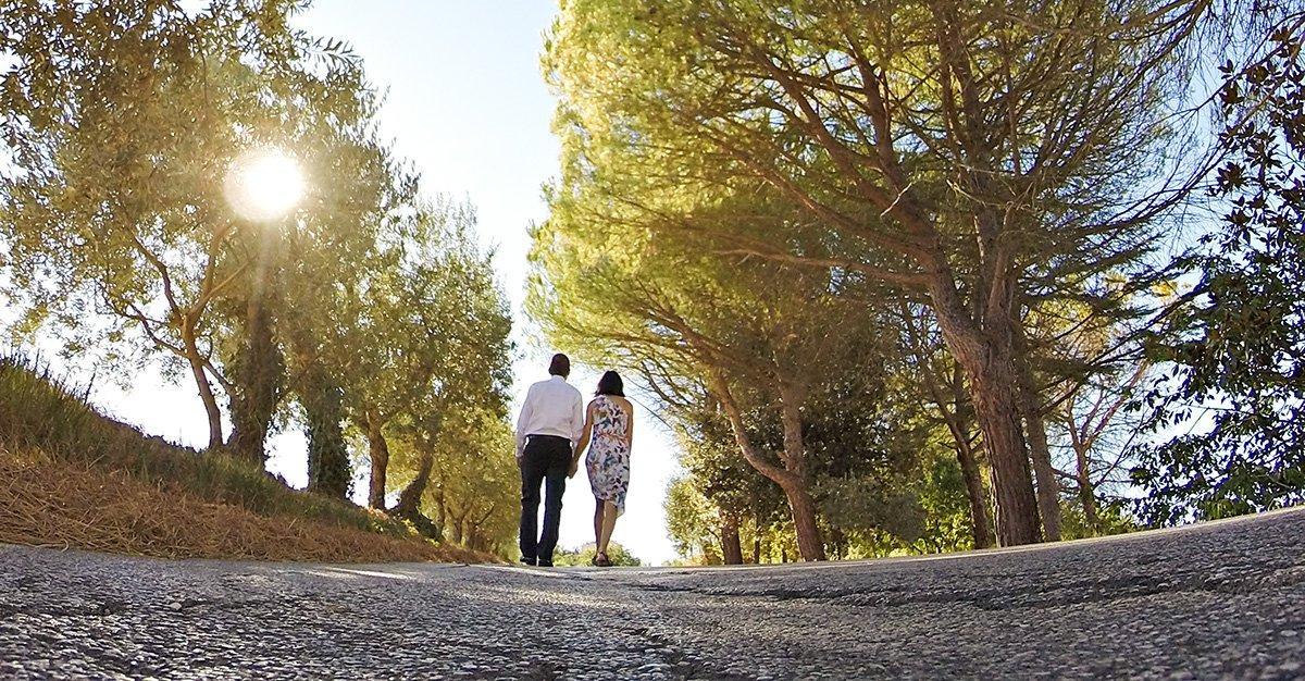 coppia felice in cammino